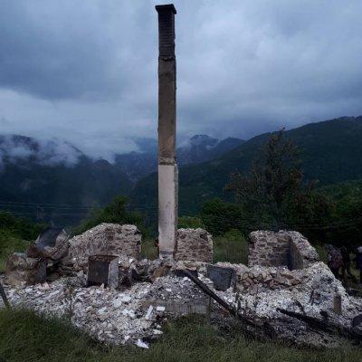 (FOTO) Tokom noći u Premćanama izgorela kuća Mila Rondovića