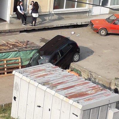 """Neobična saobraćajna nezgoda u B. Polju: """"Polo"""" sletio s parkinga"""