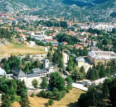 Incident: Grupa građana pokušala da uđe u Cetinjski manastir – VIDEO
