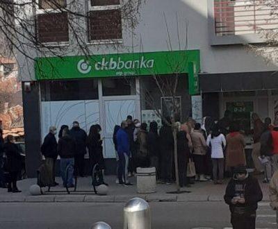 Kršenje mjera u redovima ispred banaka