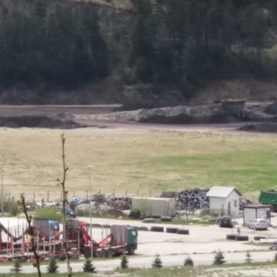 Ugljena prašina sa deponije uglja na lokaciji seperacije, zbog često prisutnog vjetra zasipa naselje C i prostor benzinskih  pumpi