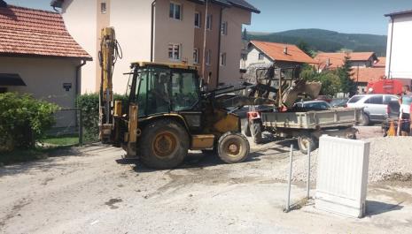 """Komunalno preduzeće """"Vodovod"""" radi u ulici Mojkovačkoj -Zbog kvara na vodovodnoj mreži poplavljeni i poslovni prostori"""