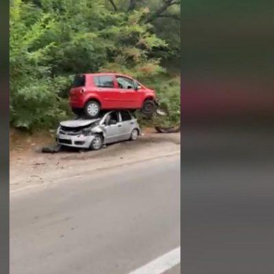 Saobraćajna nezgoda: Izgubio kontrolu, prešao preko kolovoza, zaustavio se na drugom vozilu