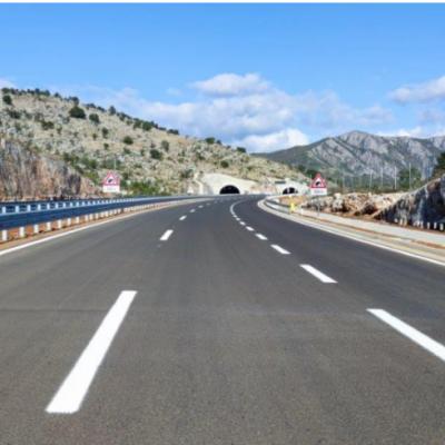Na autoputu postavljanje horizontalne signalizacije, prvi put upotreba hladne plastike u Crnoj Gori